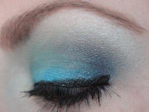 Using Maybelline Tenacious Teal Eye Studio Color Tattoo 24hr Eyeshadow and ELF Cool Eyeshadow Palette (Spring '12). http://www.neutrakris.com/2012/03/get-look-cool-caribbean.html