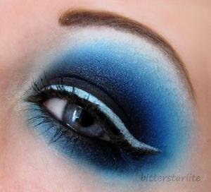 Blue smokey eye with light blue liner