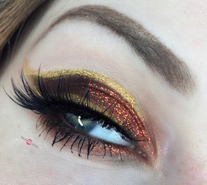 For those of you ALSO hanging onto Autumn!  http://theyeballqueen.blogspot.com/2016/12/crushed-autumn-leaves-accents-of-gold.html
