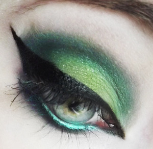 (Not Listed) NYX Jumbo Pencil in Sparkle Green and Concrete Minerals Eyeshadow in Living Dead.
