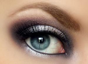 http://www.pigmentsandpalettes.com/2012/01/emma-stones-golden-globes-makeup.html