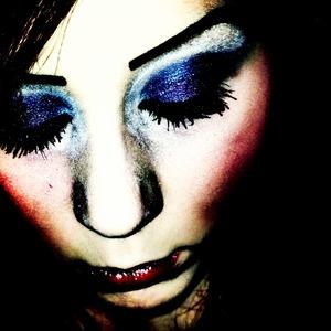 Blue and purple eyeshadow & cateyes. Intense blush & lipgloss.