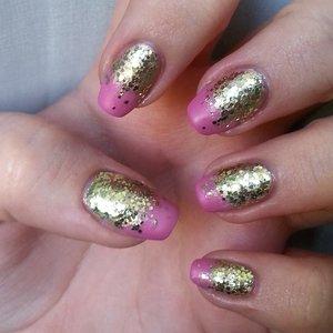 Pink - Avon Nailwear Pro+ (Wandering Rose); Top coat (on pink only) - Avon Satin top coat; Gold - Avon Nailwear Pro+ (Golden Vision); Golden glitter - Bourjois 1seconde top coat (Enchanting Potion).