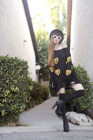 Black jumper, featuring yellow heart-face print, scoop neck, distressed hem. Perfectly mixed with denim shorts.