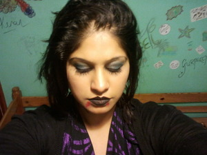 Using dark blues and green and a small amount of black gives the eye make a more sexy vampish look