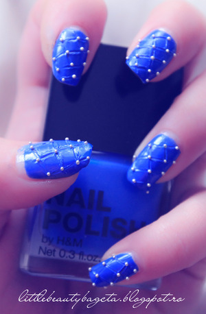 more photos here: http://littlebeautybagcta.blogspot.ro/2013/01/studed-nails.html
