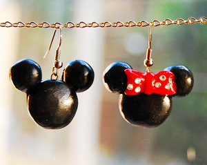 Polymer Clay Mickey & Minnie Mouse Earrings  I made this with polymer clay: black & white, and rhinestones. Tutorial: http://www.youtube.com/watch?v=bXEe9x5U558