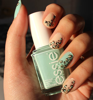 Im using: Kubiss Shade No. 1 Topp & Baslack Viva la Diva 15 Champagne Essie Fashion Playground Depend Art Liner Nr.1062