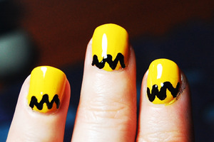 Charlie Brown Nails (2 versions) Tutorial: http://www.youtube.com/watch?v=l6AuBYRMLWk -I used: base coat, yellow and black polish, top coat, nail art pen, toothpick. For especific brands/names please watch my tutorial.