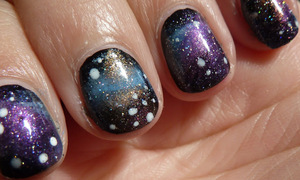 For a tutorial, please go to; http://nailsbystephanie.blogspot.nl/2012/10/tutorial-galaxy-nails.html