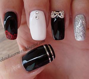 Tutorial on : http://claudiacernean.blogspot.ro/2013/03/unghii-cu-trandafiri-roses-nails.html