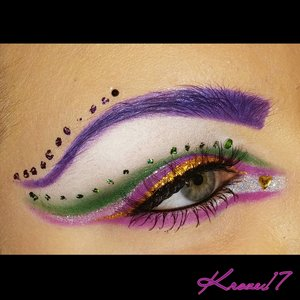 Ok last one of this look. I actually think this is the best picture I got. It was so hard to actually get all the details in a picture.  Ha my short arms and blindness make everything a challenge!  Product details in previous posts!   #nailart #colorful #coloredbrows #nailfoil #cutcrease #beauty #beautyproducts #beautyshot #cosmetics #makeup #makeuplook #queenofblending #clownola #makeuptrends #instabeauty #instamakeup #kroze17