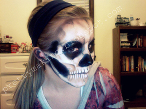 Skull make-up, side view