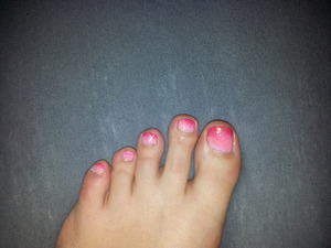 Made it with a sponge, dark pink and light pink. On top pink glitter polish