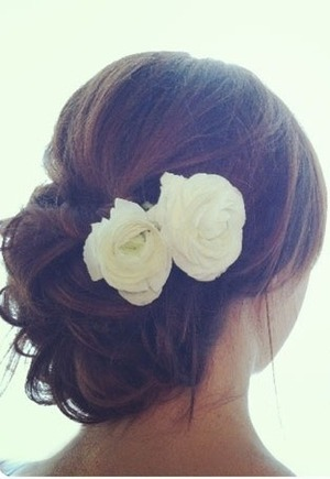 Add fresh flowers to your hairstyle to add a touch of romance. 😊