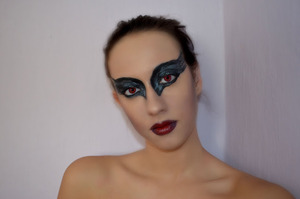 http://xoxopatty.blogspot.sk/2012/10/halloween-makeup-black-swan.html