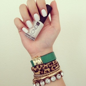 Lately I have been addicted to white nails. Something clean and simple.