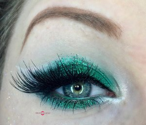Let's cheer for the holidays while we can. http://theyeballqueen.blogspot.com/2016/11/holiday-series-emerald-green-christmas.html