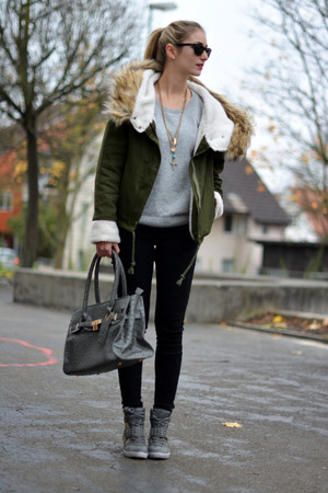 Navy green coat, featuring hooded fake fur, two pockets and zippered design, loose fit, soft-touch fabric. Mix with white extra-long T-shirt, black leggings and ankle boots when going out for a date.
