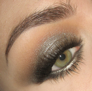 Here is the tutorial for this look : http://www.youtube.com/watch?v=IcKdIe7re1k