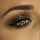 Gold glitter smokey eyes