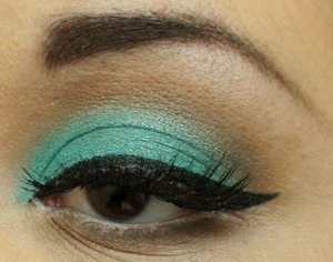 Using Maybelline Eye Studio Color Tattoo in Edgy Emerald.