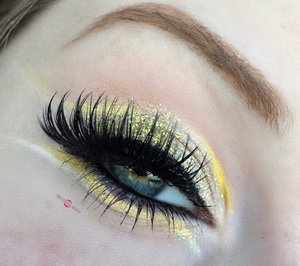 Lemony delight! http://theyeballqueen.blogspot.com/2016/11/abstract-lemon-white-gold-cut-crease.html