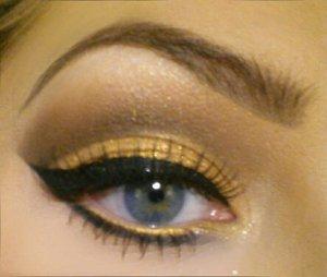 Dramatic gold glitter cut crease