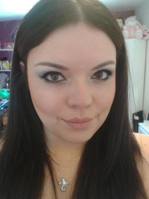 So this was my look for my graduation picture... had to remove my nosering :( Wanted to go for something natural that would make my eyes pop.
