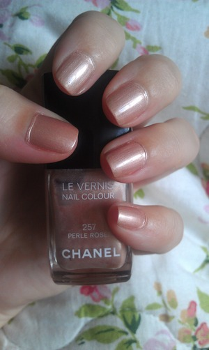 I'm normally not a fan of metallic polish, but I love this Perle Rosee polish from Chanel :)