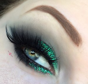 This, is what sweet emerald dreams are made of.  http://theyeballqueen.blogspot.com/2016/12/holiday-series-dark-and-glittery.html