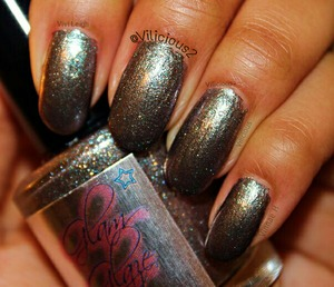 This is my third custom polish from Glam Glaze.♥ A gorgeous metallic silver with golden shimmers, and a slight pink-green duo-chrome finish. Absolutely stunning. Love it so much.♥♥♥♥♥