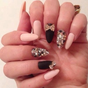 Love it! Black n gold nails w diamonds
