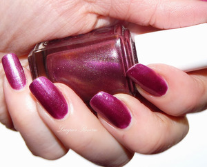http://www.lacquerreverie.com/2013/10/nail-of-day-essie-its-genius.html