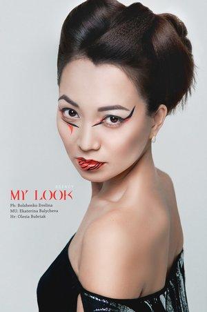 Airbrushes makeup.