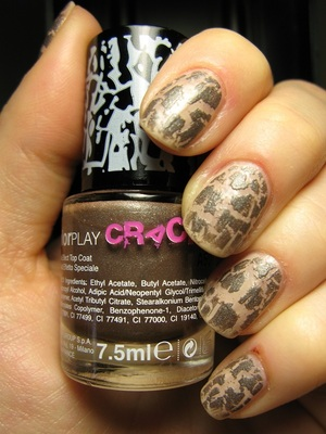 My last purchase by Debby: colourplay crackle polish... I tought it was a bronze colour with some grey... but it is a metal grey instead! Lasting very few without a top coat on, as all the crackle by Debby...