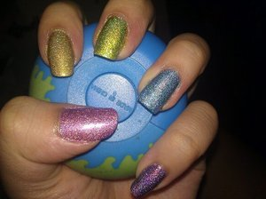My obsession with rainbows. haha. I love this manicure. Not all of the polishes are truly linear holo or even that strong but I love it all the same. Thumb (Digital), Index Finger (3D), Middle (Hi-Tech), Ring (Cyberspace), Pinky (Hi-Res).