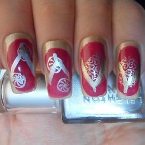 To find out more about how this mani was achieved please visit http://glowstars.net/lacquer-obsession/2012/08/flip-flops
