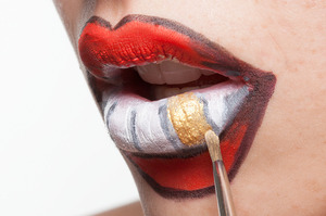 HALLOWEEN MAKEUP EFFECTS: Paint a gold tooth