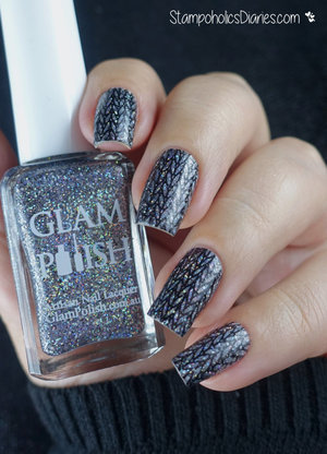 http://stampoholicsdiaries.com/2016/02/29/knitted-glitter-nails-with-glam-polish-lesly-and-mundo-de-unas/