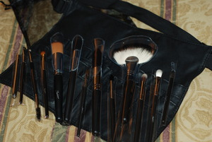 My first brush set. And it comes with e makeup belt. Yay!