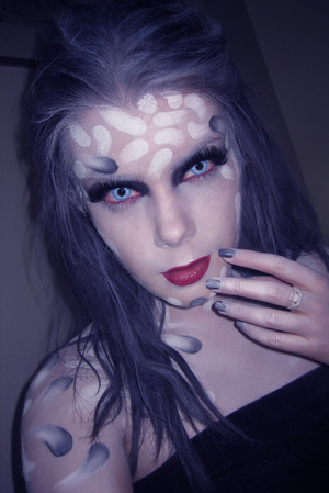 Here is the tutorial for this look : http://www.youtube.com/watch?v=nyrDBoOBv0Y