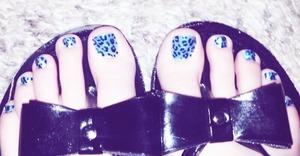 Light blue and dark blue leopard print nails!!