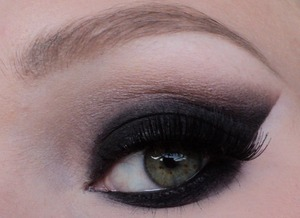 I made this look using the sleek au naturelle palette when I went clubbing last weekend. Sorry for the bad lighting. More pictures on my blog: http://themakeuphotspot.blogspot.nl/2013/08/sexy-zwarte-smokey-eyes.html