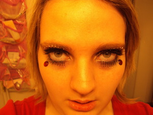 At least in this one you can see the gold eyeliner... lol Such terrible lashes.