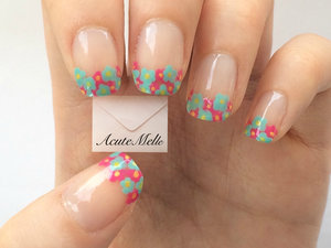 Cute flower clustered french tips. Perfect for spring! Tutorial here: https://www.youtube.com/watch?v=p21soz7NkHI