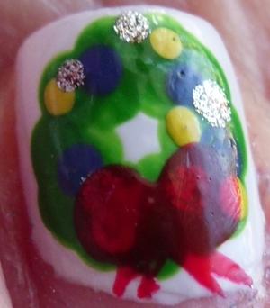 http://beautybesties.wordpress.com/2011/11/27/diy-christmas-wreath-nail-art/