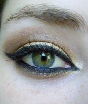 cleopatra halloween look tutorial here http://www.youtube.com/watch?v=WBjNiwwcYzw
