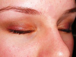 Spice up your holiday makeup with reds and golds!