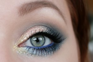 BH Cosmetics Galaxy Chic palette – Saturn, Electra and glitter eyeliner – Stormer Makeup Geek eyeshadows – Peach Smoothie, Barcelona Beach, Peacock, Corrupt, Mirage, and Full Spectrum Eyeliner Pencil – Cobalt Gina Tricot gold glitter eyeliner Maybelline Lash sensational mascara